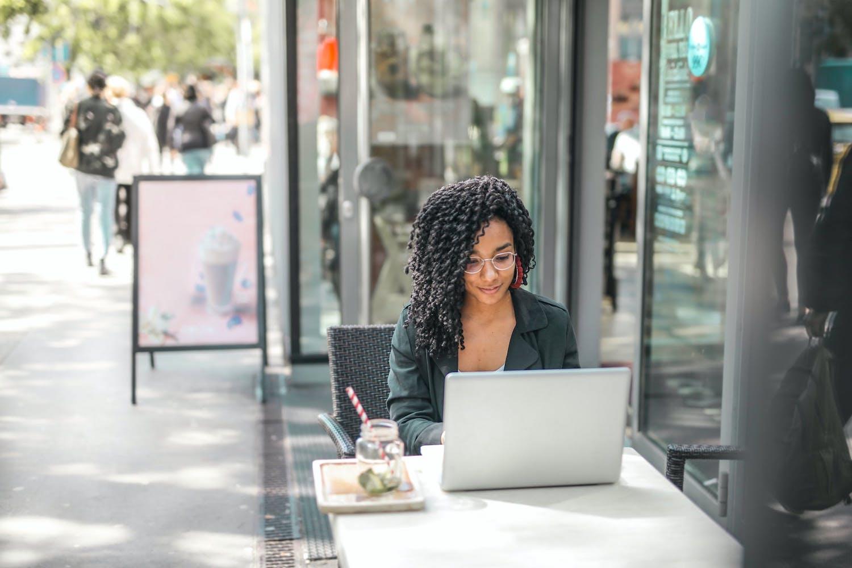 Femme dehors avec ordinateur