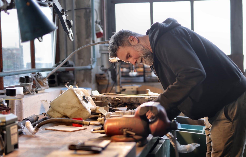 Mécanicien dans son garage