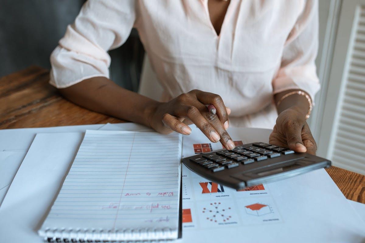 Femme en chemises courtes manches avec une calculatrice