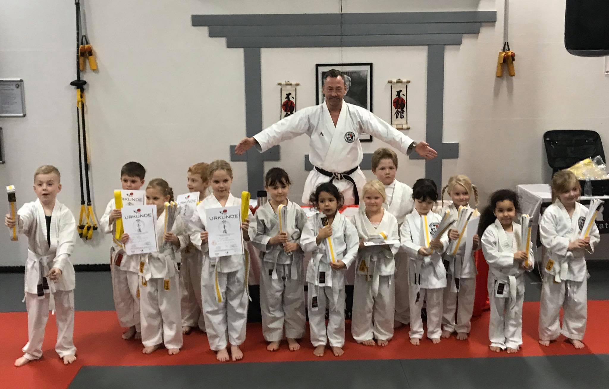 Gruppenbild einer Verleihung der kleinen Karateka