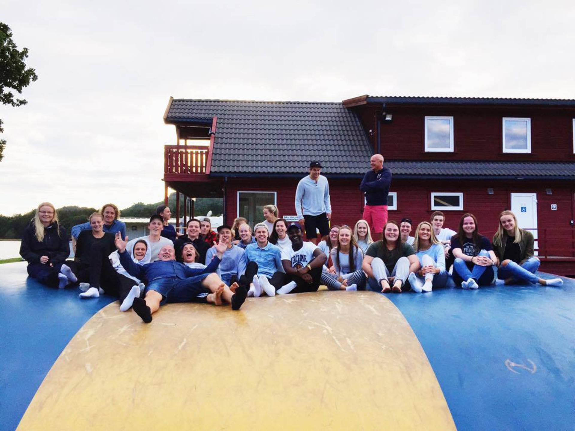 Elevene på hoppepute på Solstrand