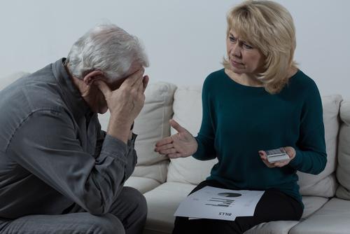Casal de idosos preocupados discutindo finanças