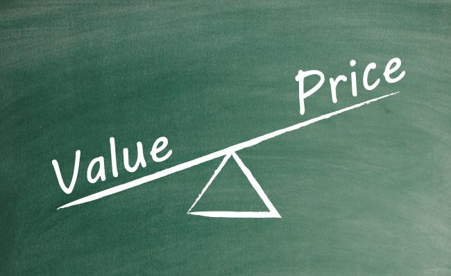 Gangorra com valor escrito do lado mais pesado, e preço do outro. lado