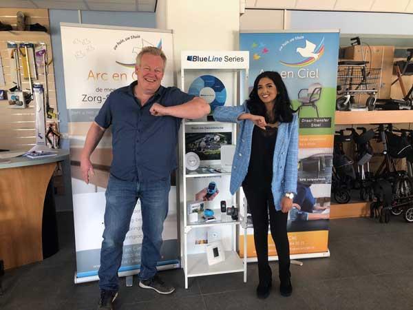 Robert met de vertegenwoordiger van MobileTrack voor de BlueLine Track standaard in de shworoom