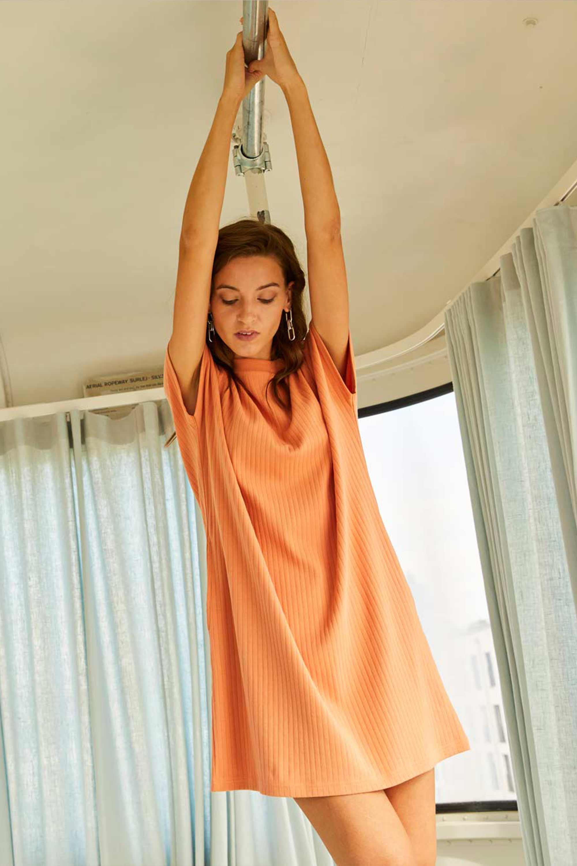 Geripptes nachhaltiges lachsfarbiges Kleid aus Baumwolle von ThokkThokk