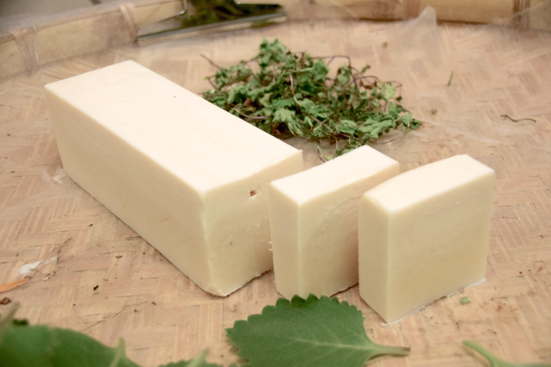 Optar por componentes orgânicos e naturais é uma maneira de tornar os cosméticos sustentáveis