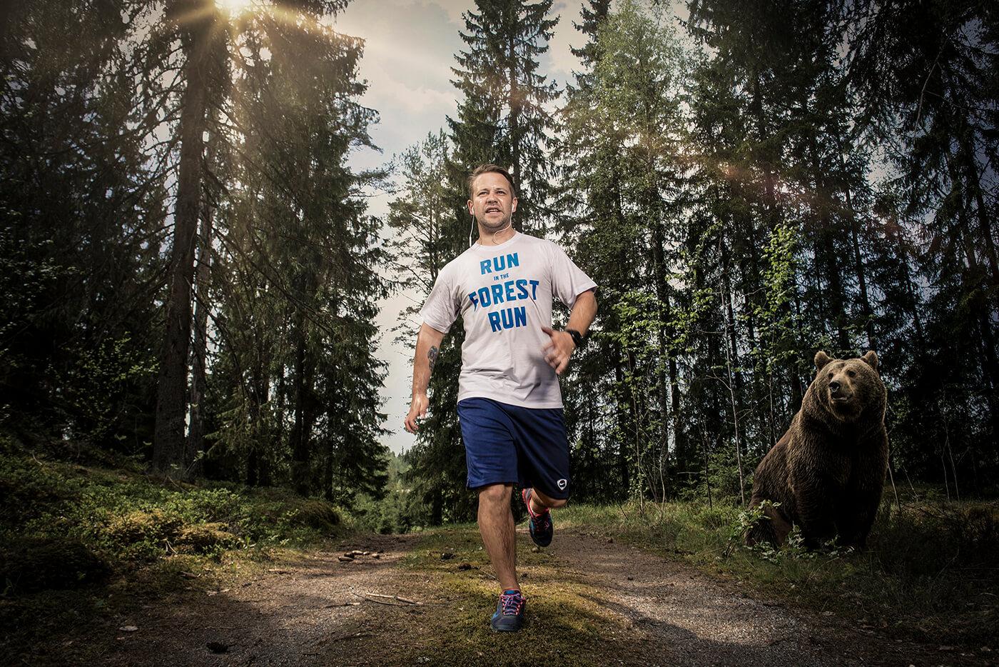 suomimies lenkillä metsässä karhu katsoo