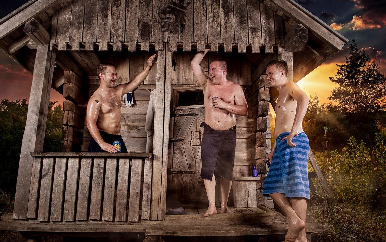 suomimiehet saunan terassilla vilvoittelemassa