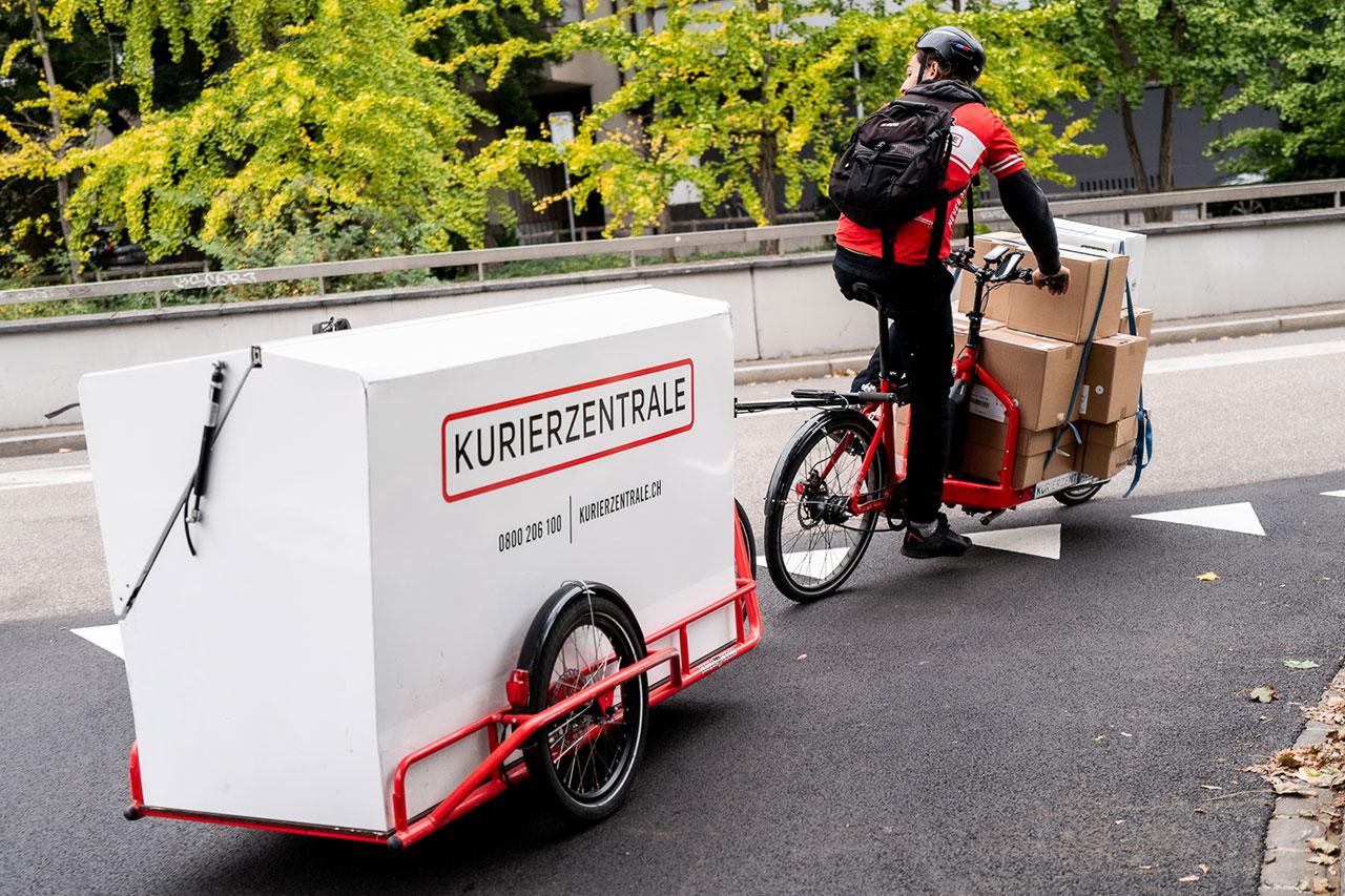 Cargo Velo Kurier delivering package