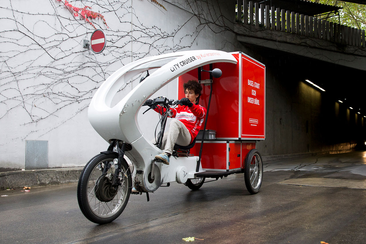 City Cruiser velo kurier delivering package