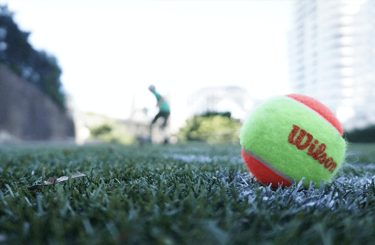 5 Aanpassingen om beter op kunstgras te tennissen