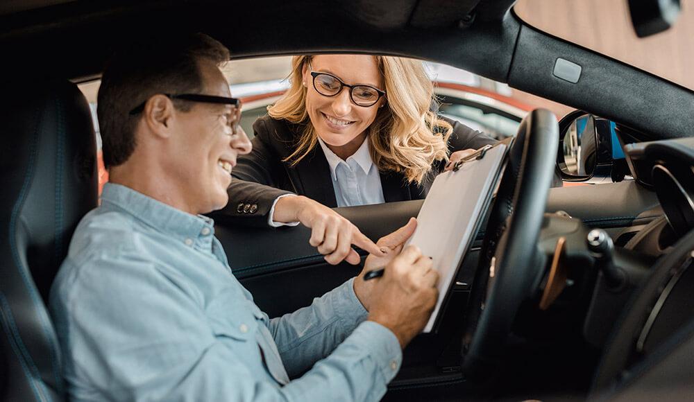 Zákazník podpisuje zmluvu na auto