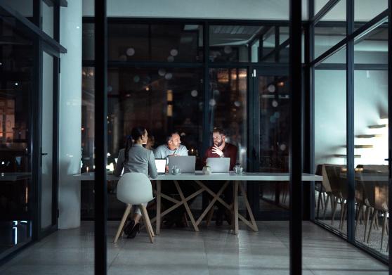 bilde av folk rundt et bord