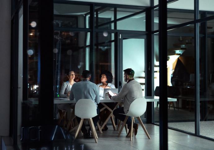 bilde av folk som arbeider i et møterom