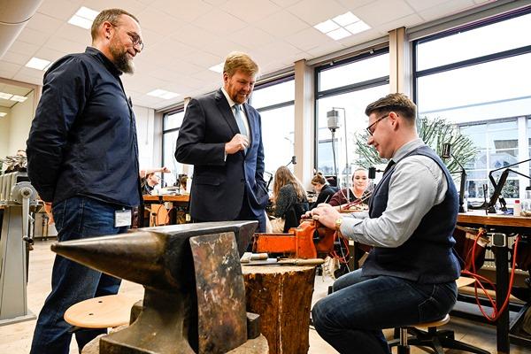 Koning Willem-Alexander opent jubileumjaar Vakschool