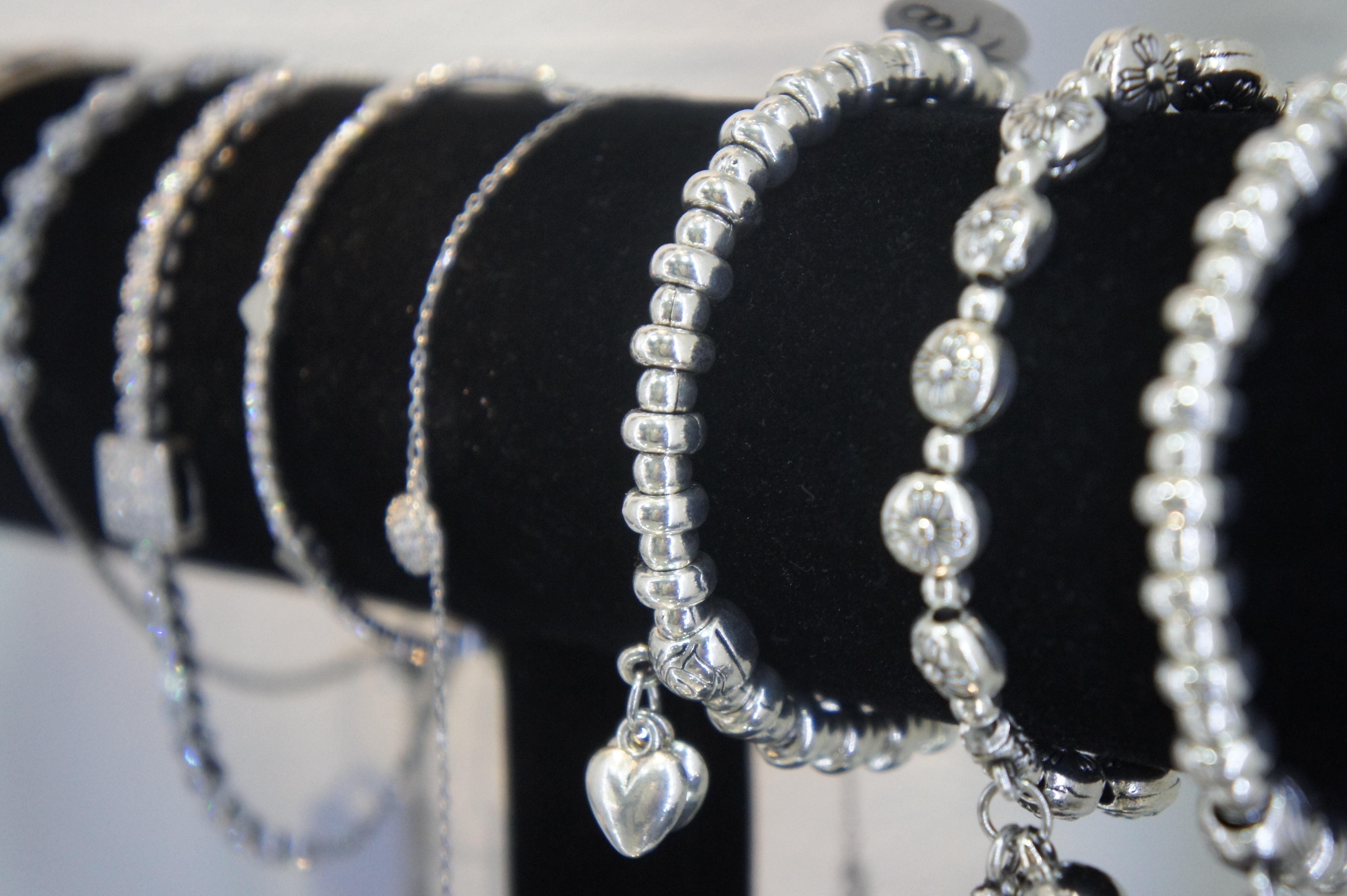 Een verzameling zilveren armbanden