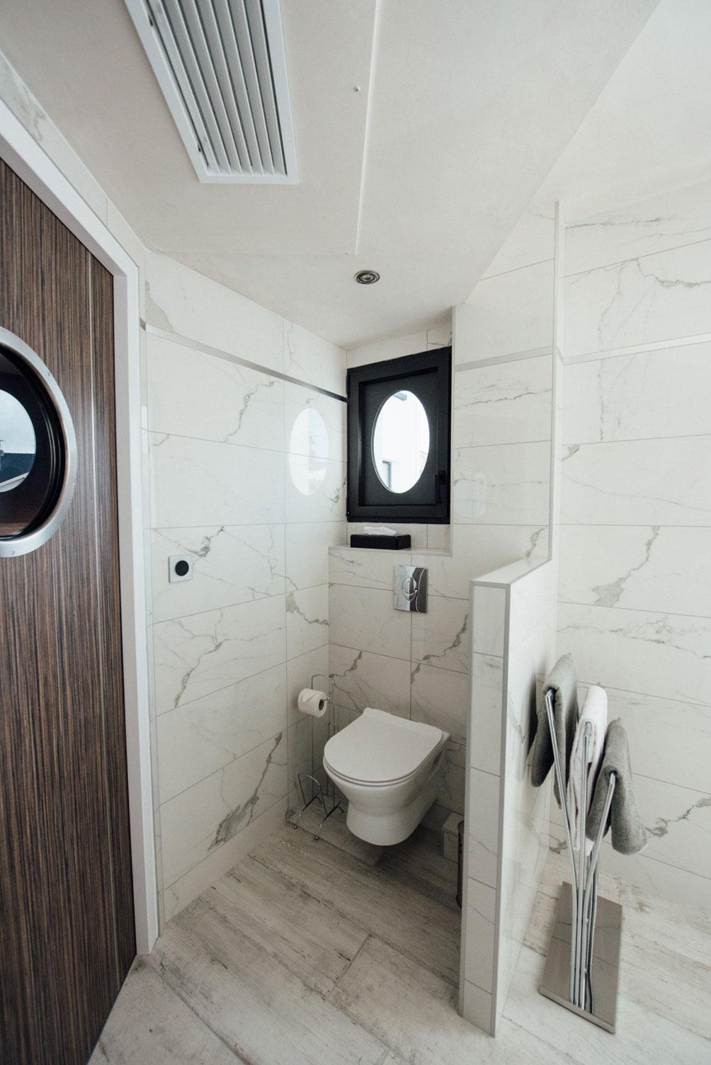 Salle de bain suite Balnéo, vue de l'intérieur (portes, toilettes, porte-serviette) | Amirauté Hôtel La Baule