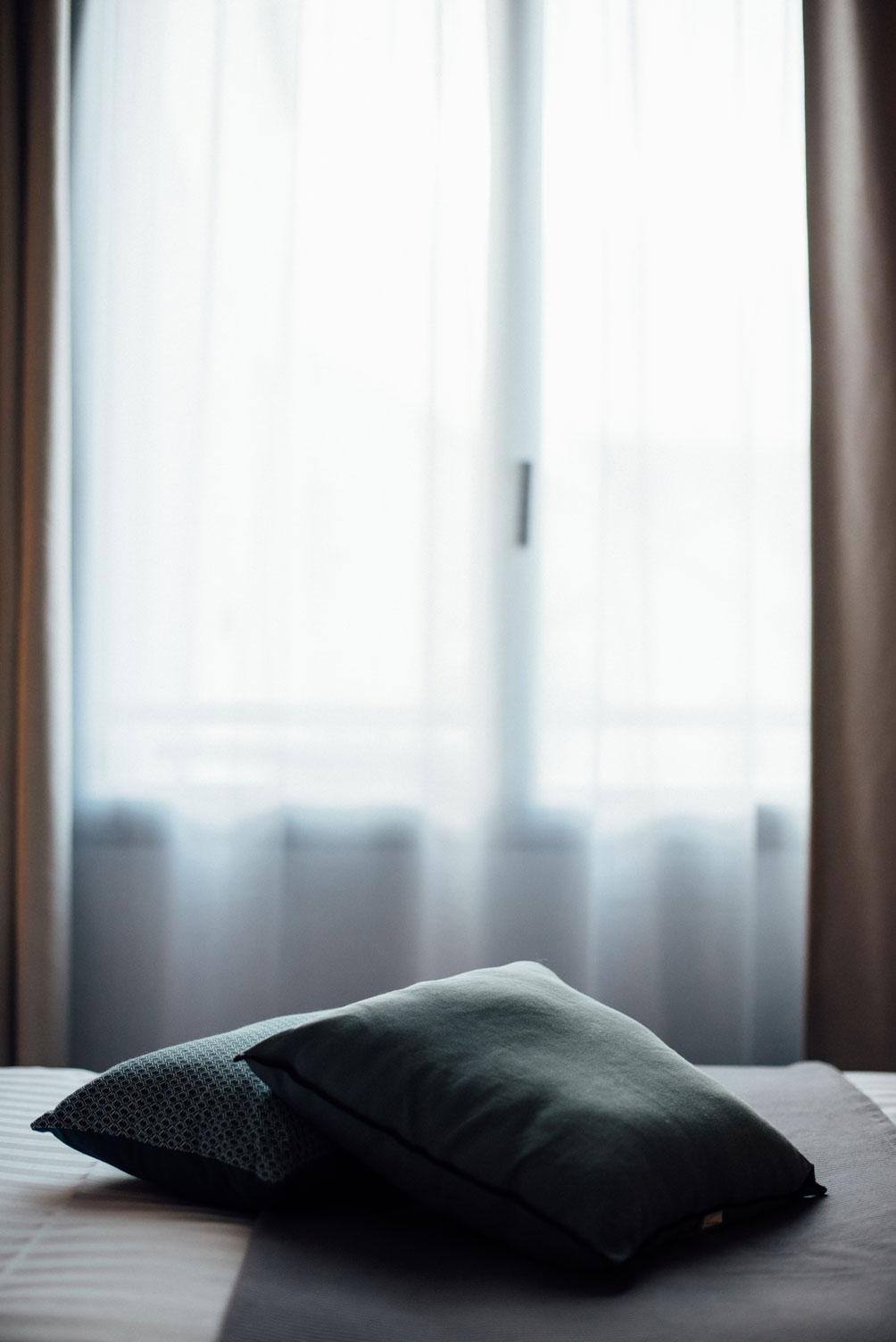 Fenêtre lumineuse, rideaux, oreillers sur un lit éléctrique deux places | Amirauté Hôtel La Baule