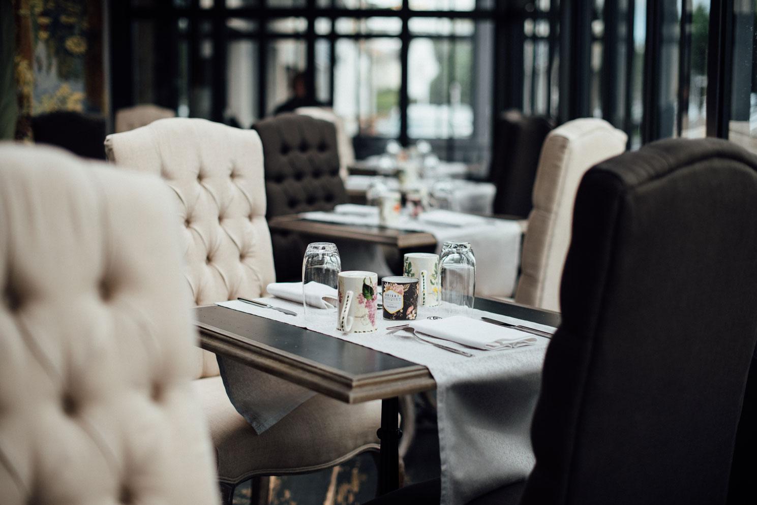 Tables et chaises noires et blanches, salle petits déjeuners de Amirauté Hôtel La Baule