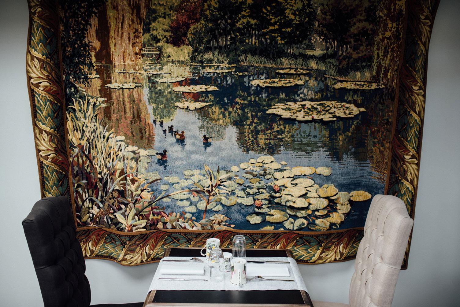 Tapisserie au mur de la salle petits déjeuners de Amirauté Hôtel La Baule