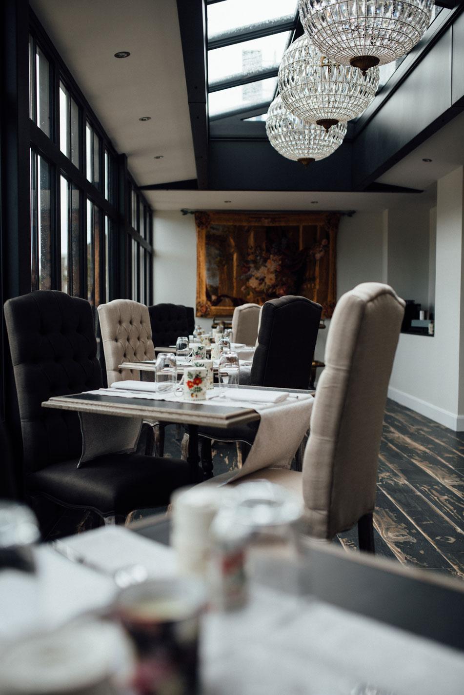 Tables et chaises noires et blanches salle restauration de Amirauté Hôtel La Baule