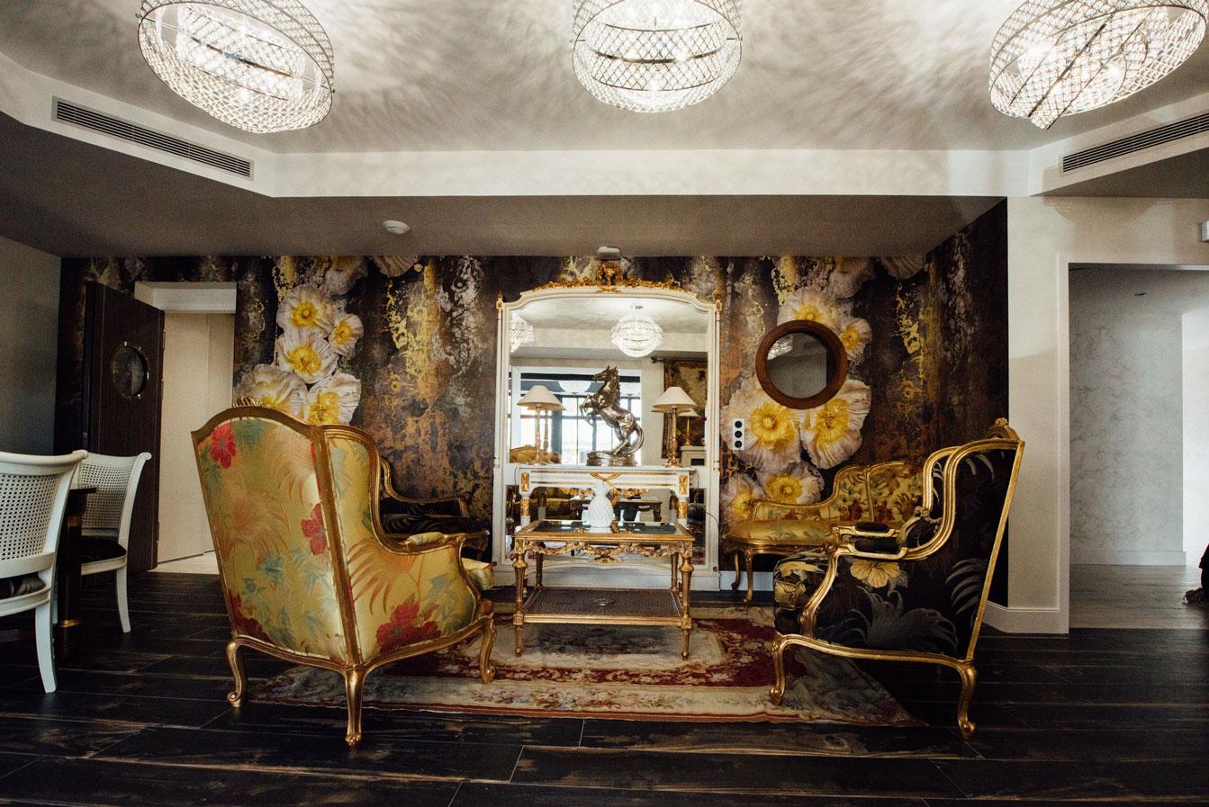 Salle commune, fauteuils, miroir, dorures | Amirauté Hôtel La Baule