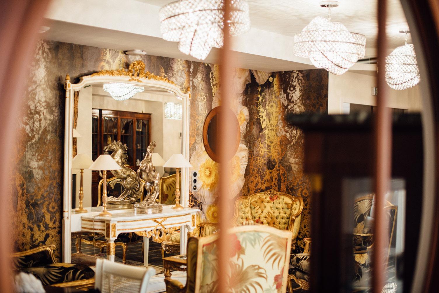 Salle commune, fauteuils, miroir, hublot | Amirauté Hôtel La Baule