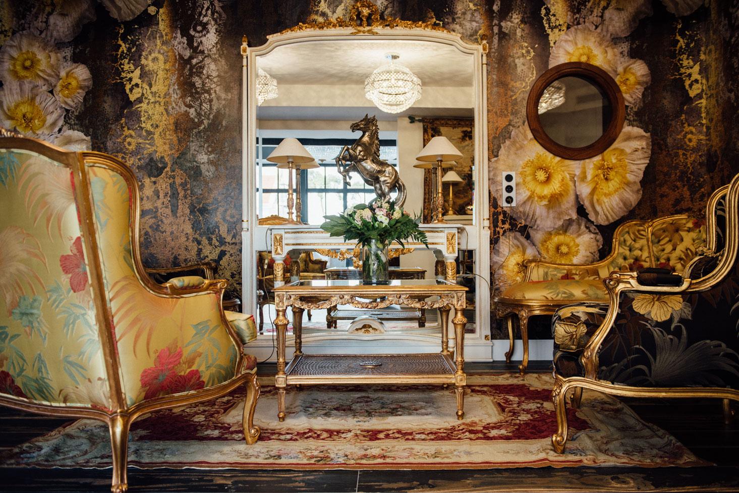 Salle commune, fauteuils, miroir, dorures, plante | Amirauté Hôtel La Baule