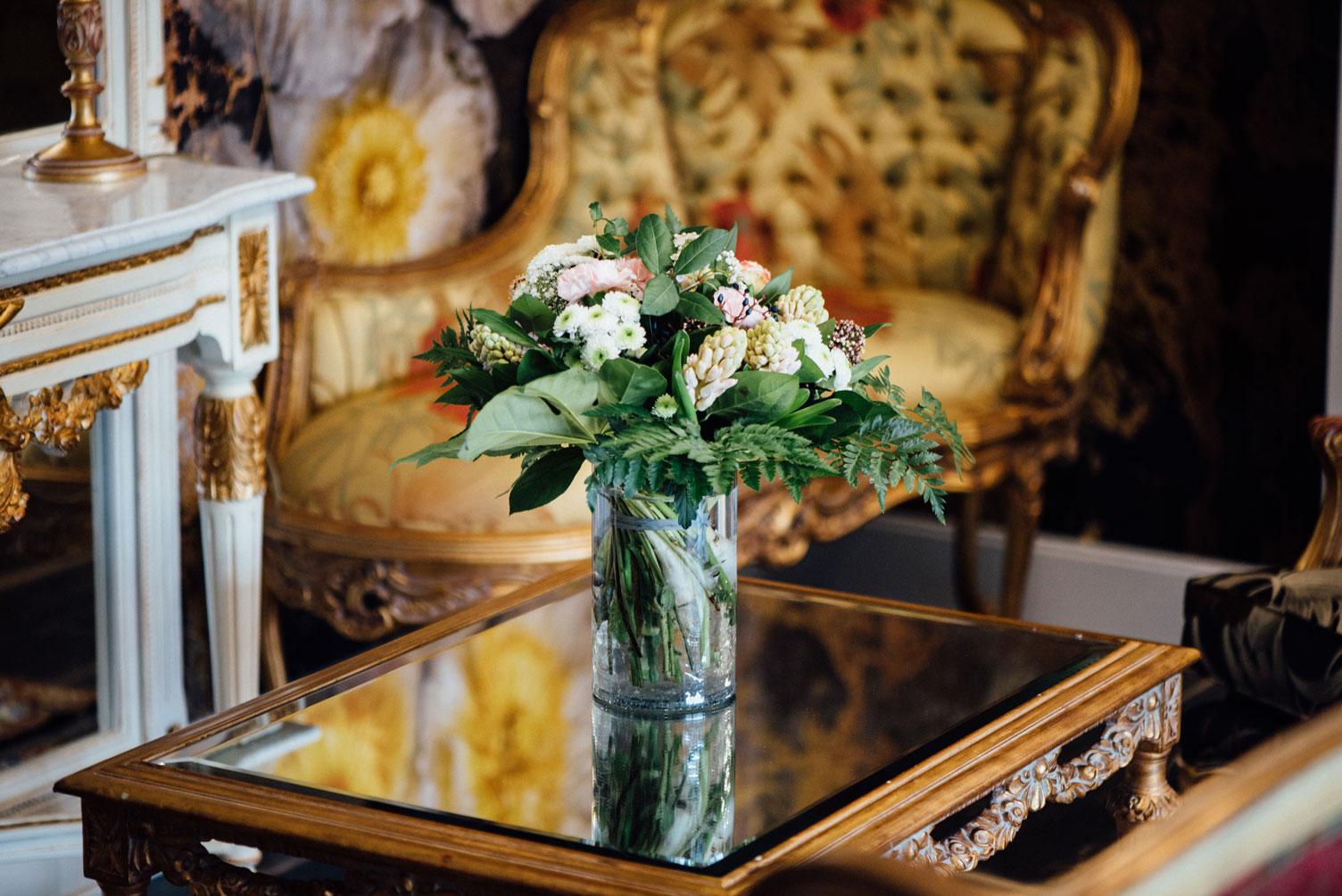 Salle commune, fauteuils, miroir, vase, plante | Amirauté Hôtel La Baule