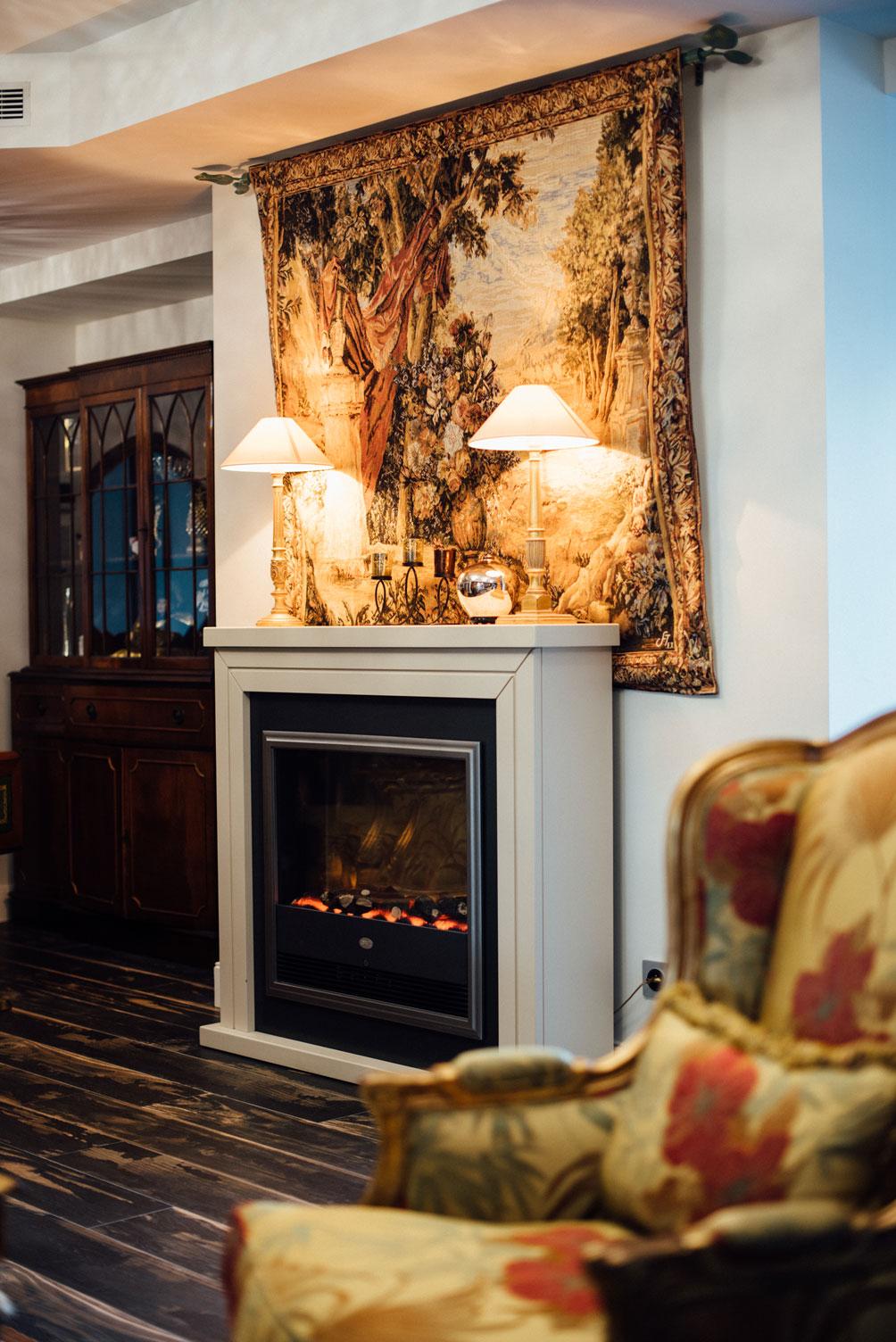 Tapisserie salle commune, lampes, cheminé | Amirauté Hôtel La Baule