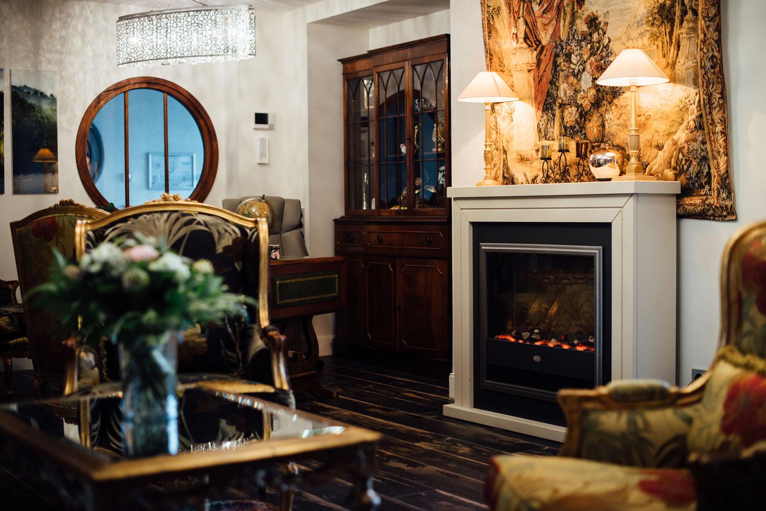 Acceuil, fauteuils, bureau, fleurs, vase, tapisserie | Amirauté Hôtel La Baule