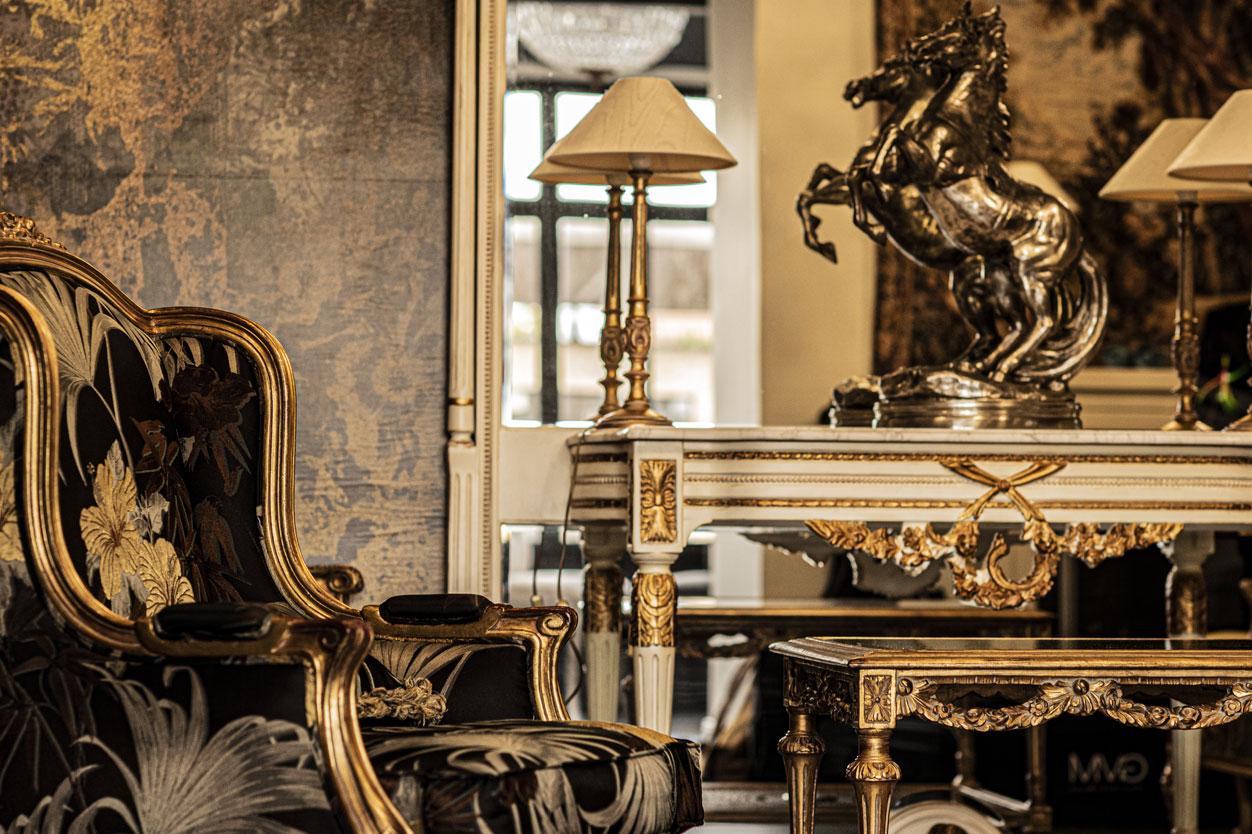 Salle commune, sculpture cheval, dorures, fauteuils, miroir | Amirauté Hôtel La Baule