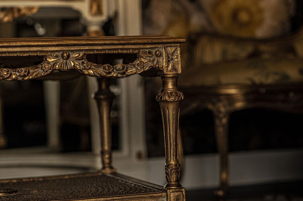Salle commune table, dorures, luxe | Amirauté Hôtel La Baule