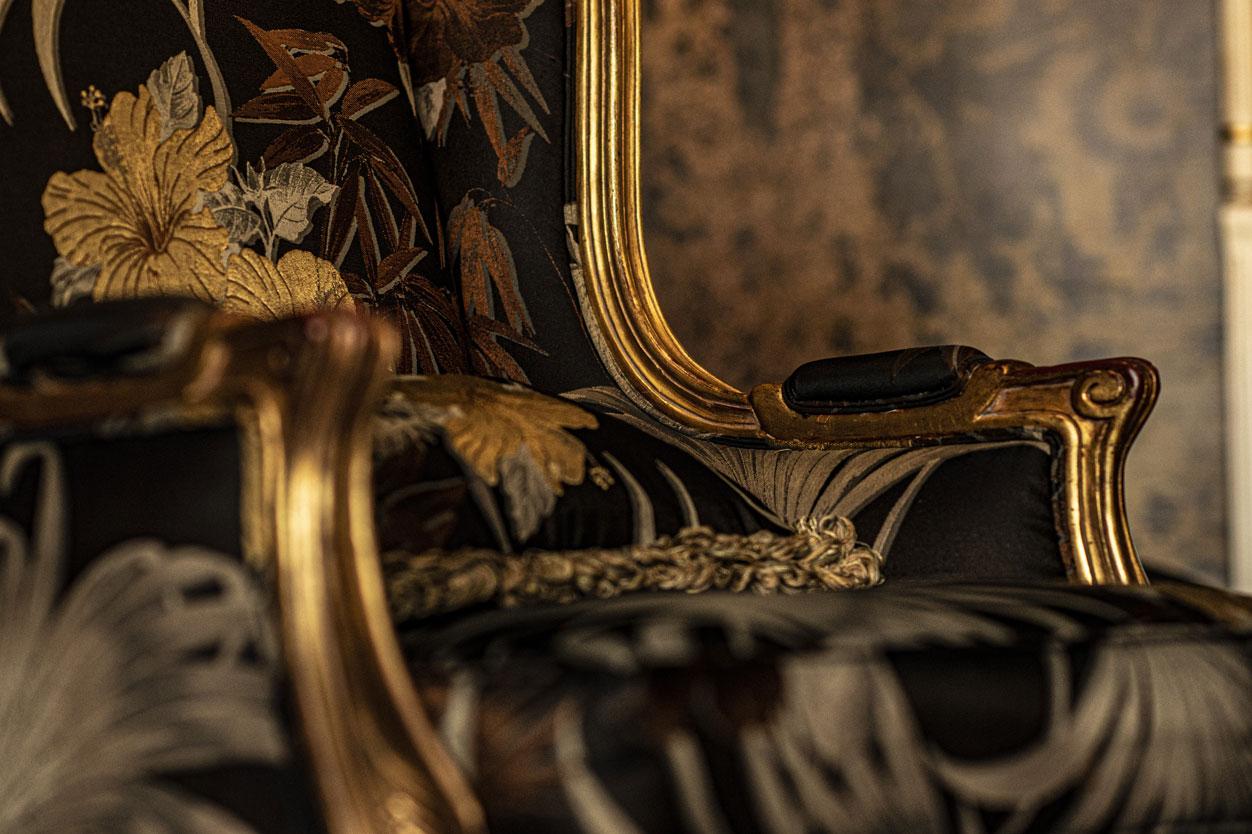 Salle commune fauteuils, dorures | Amirauté Hôtel La Baule