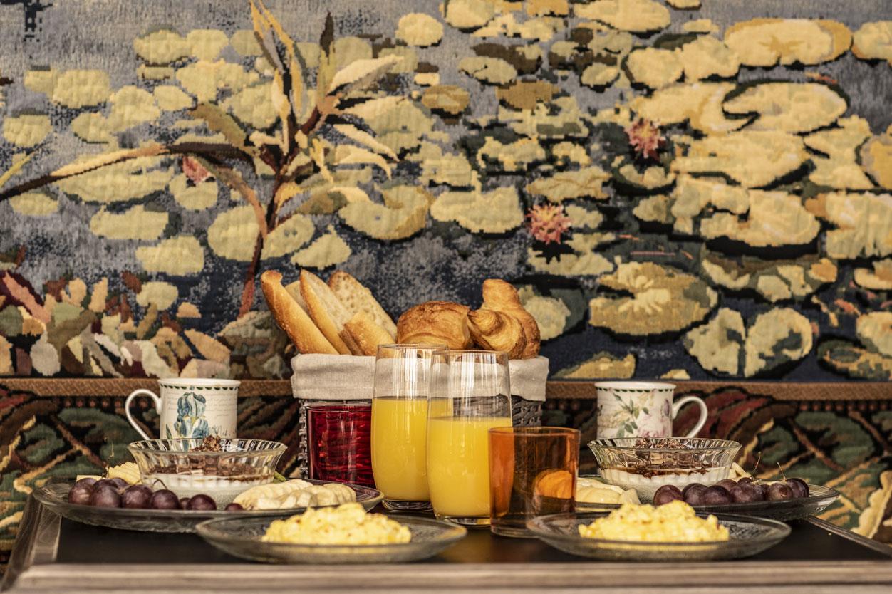 Petit déjeuner et tapisserie | Amirauté Hôtel La Baule