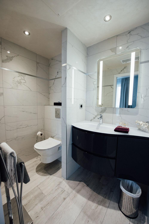 Chambre standard salle de bain toilettes lavabo miroir porte serviettes | Amirauté Hôtel La Baule