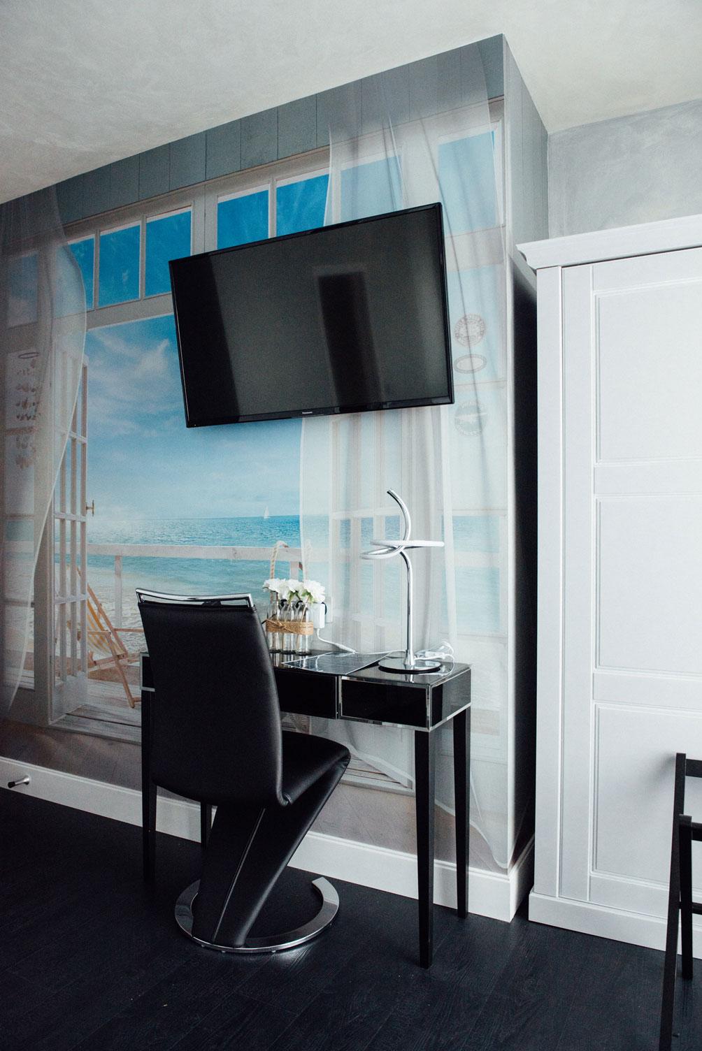 Chambre standard table chaise télévision | Amirauté Hôtel La Baule