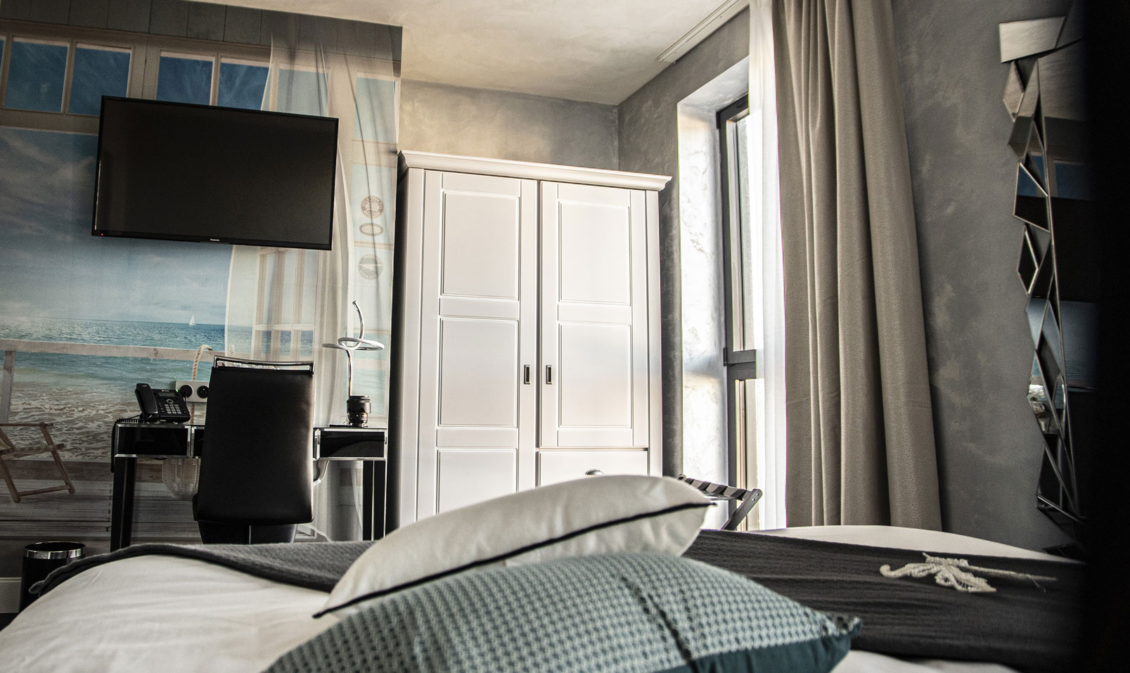 Chambre standard armoire television | Amirauté Hôtel La Baule