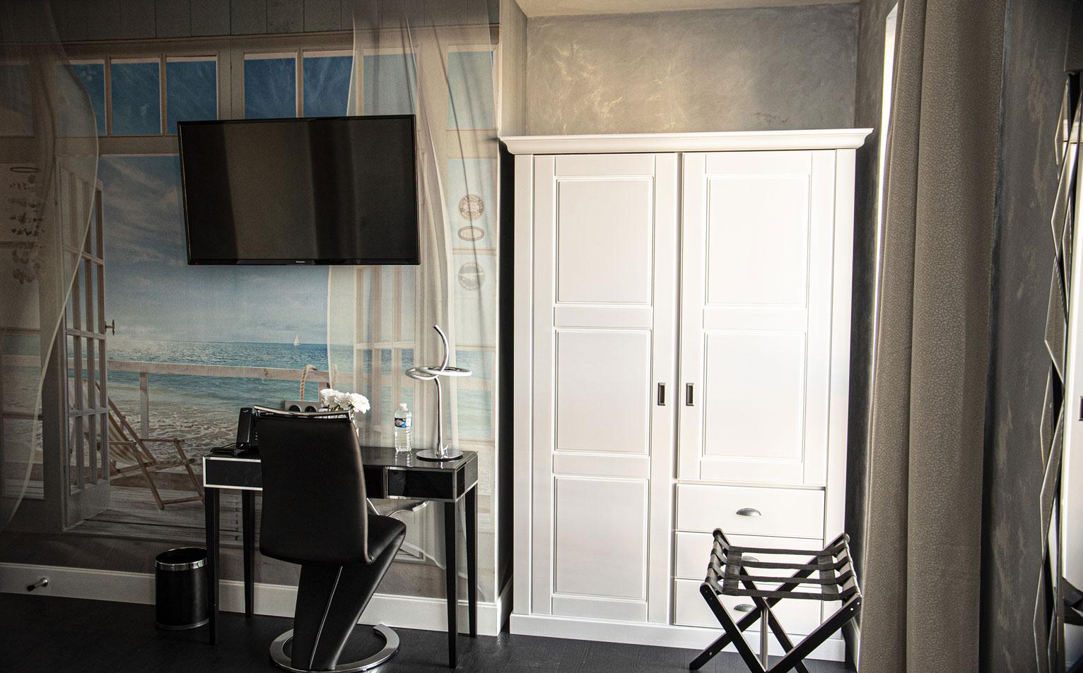 Chambre standard armoire table télévision chaise | Amirauté Hôtel La Baule