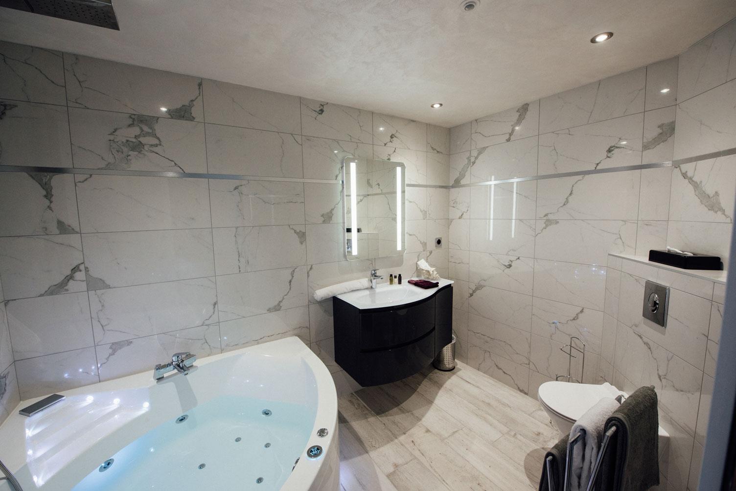 Suite Balnéo salle de bain balnéothérapie baignoire douche lavabo toilettes miroir | Amirauté Hôtel La Baule