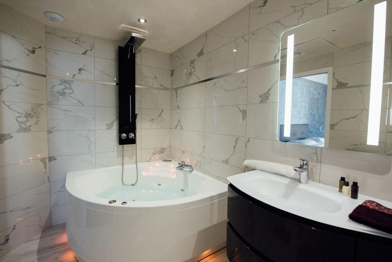 Suite Balnéo salle de bain baignoire douche balnéothérapie lavabo miroir | Amirauté Hôtel La Baule