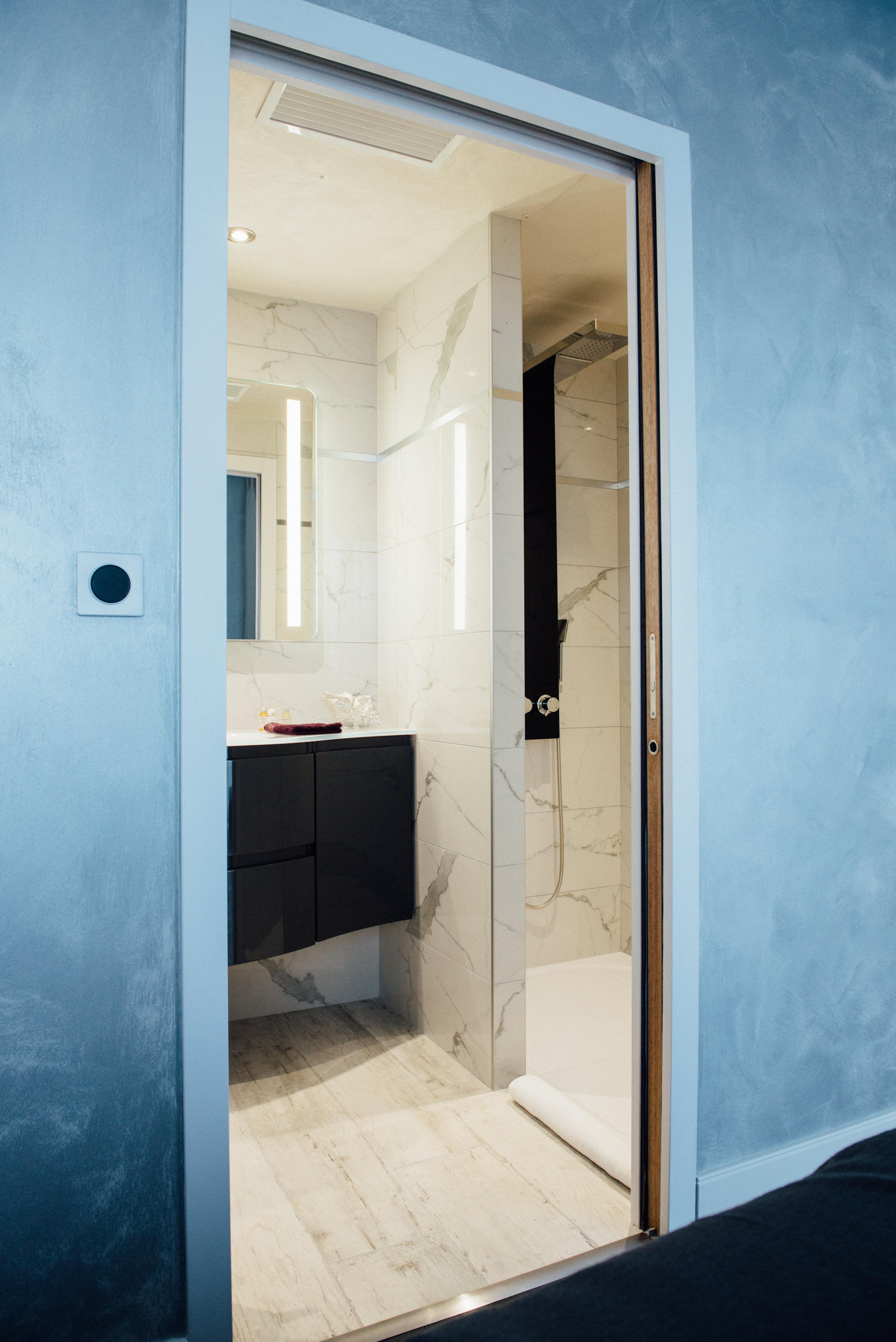 Double suite Balnéo, salle de bain, vue douche | Amirauté Hôtel La Baule