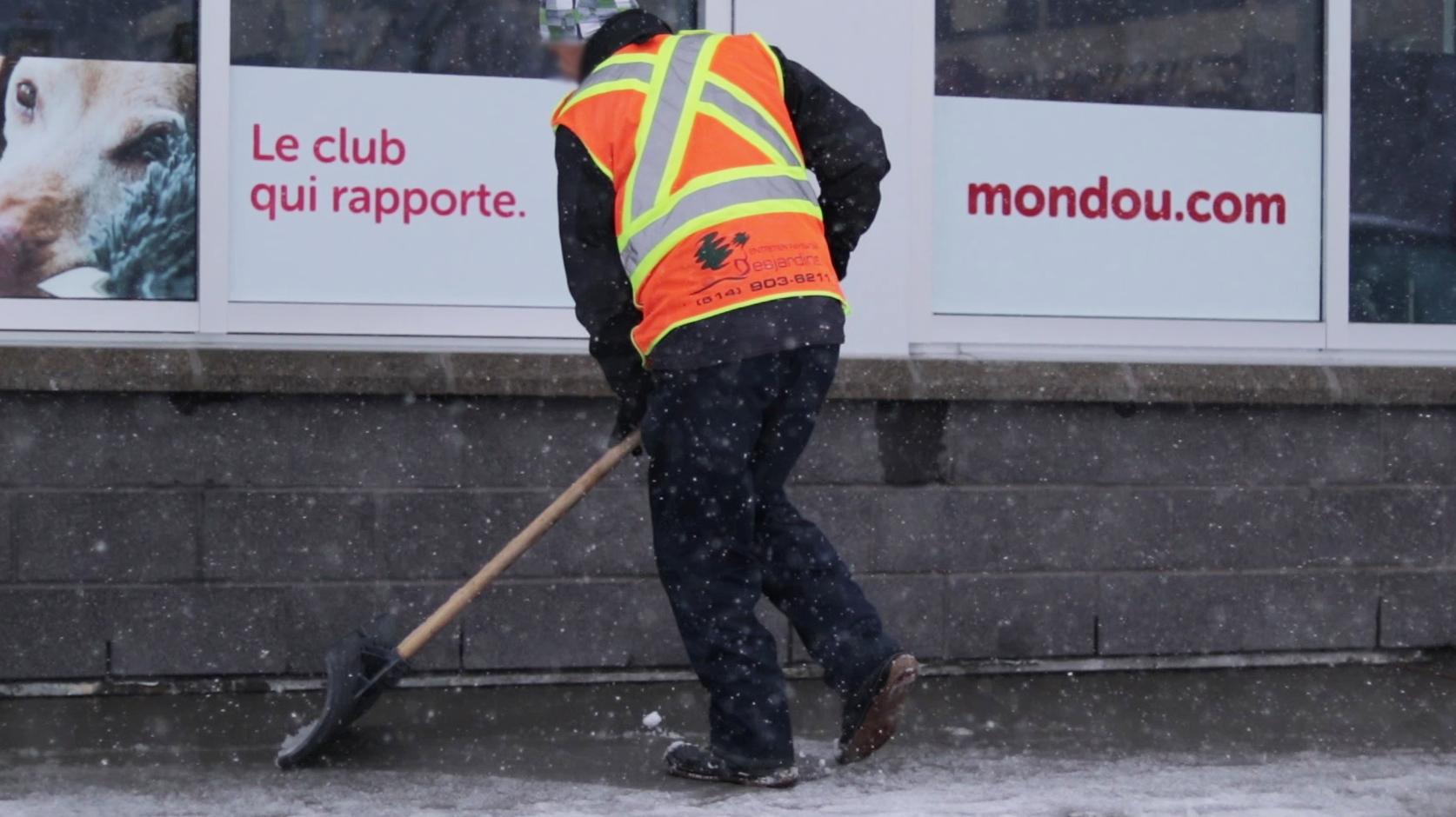 Stationnement commercial déneiger à Montréal