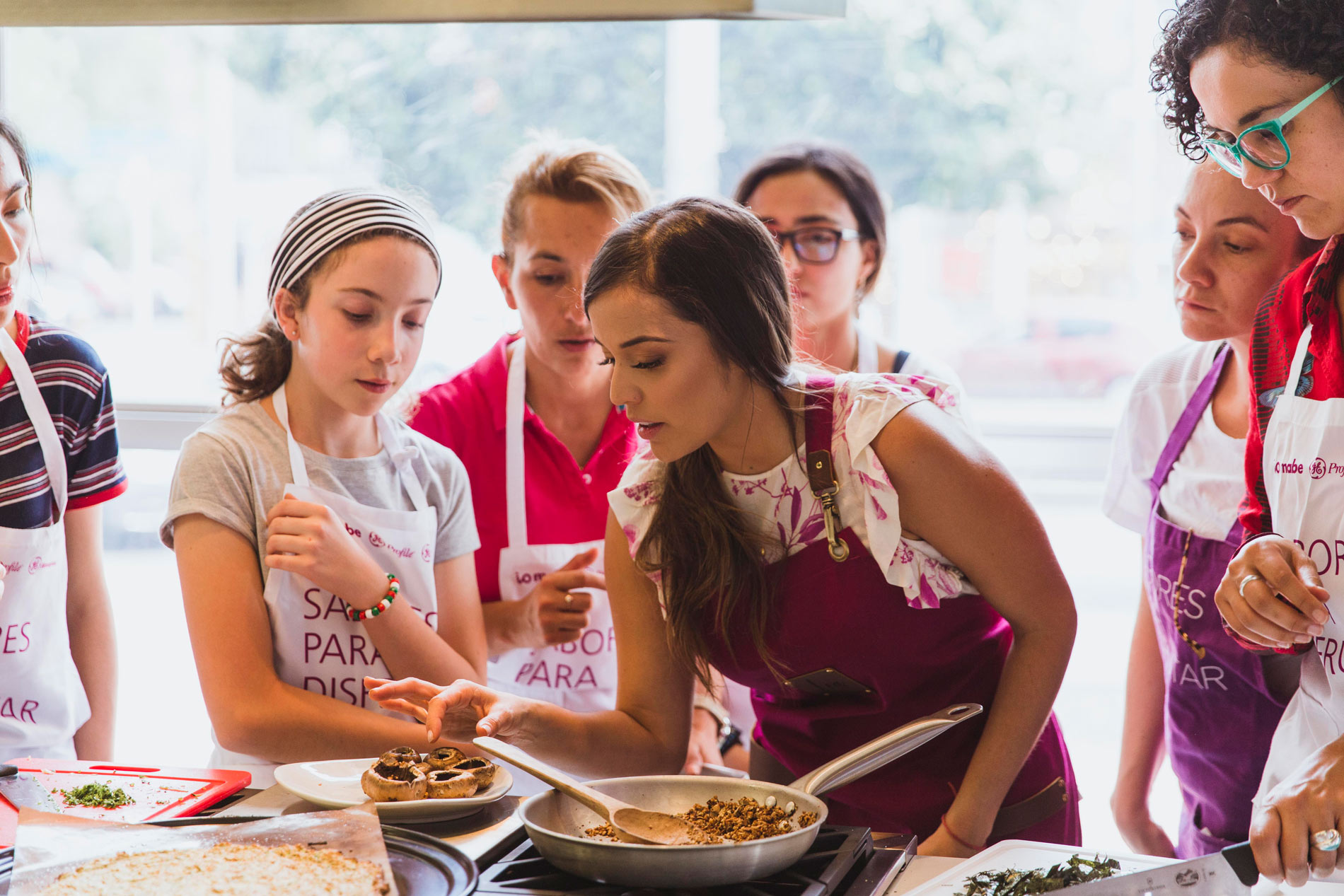 Mujer health coach dictando un taller de cocina saludable probando platos