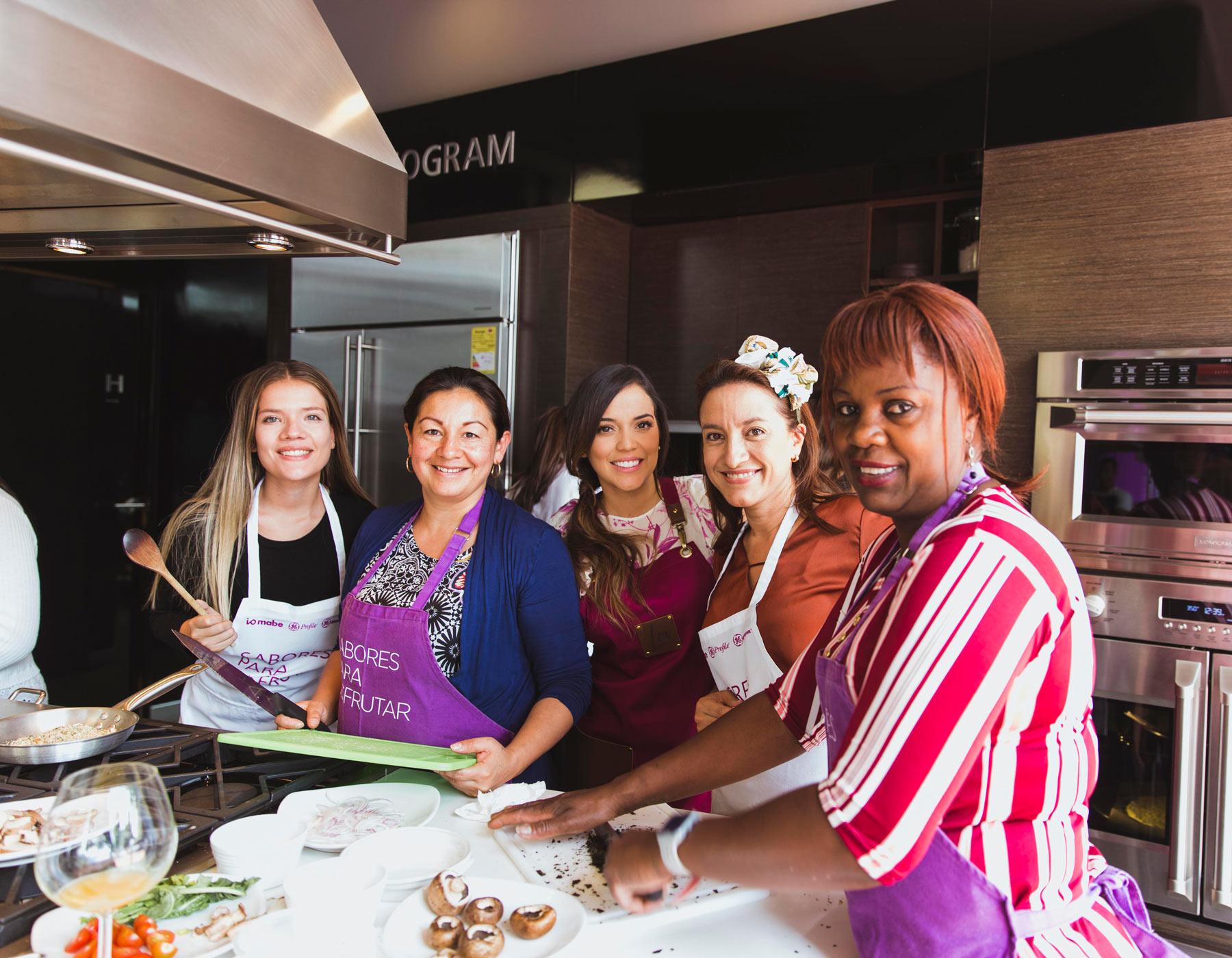 Grupo de mujeres en un taller de cocina saludable