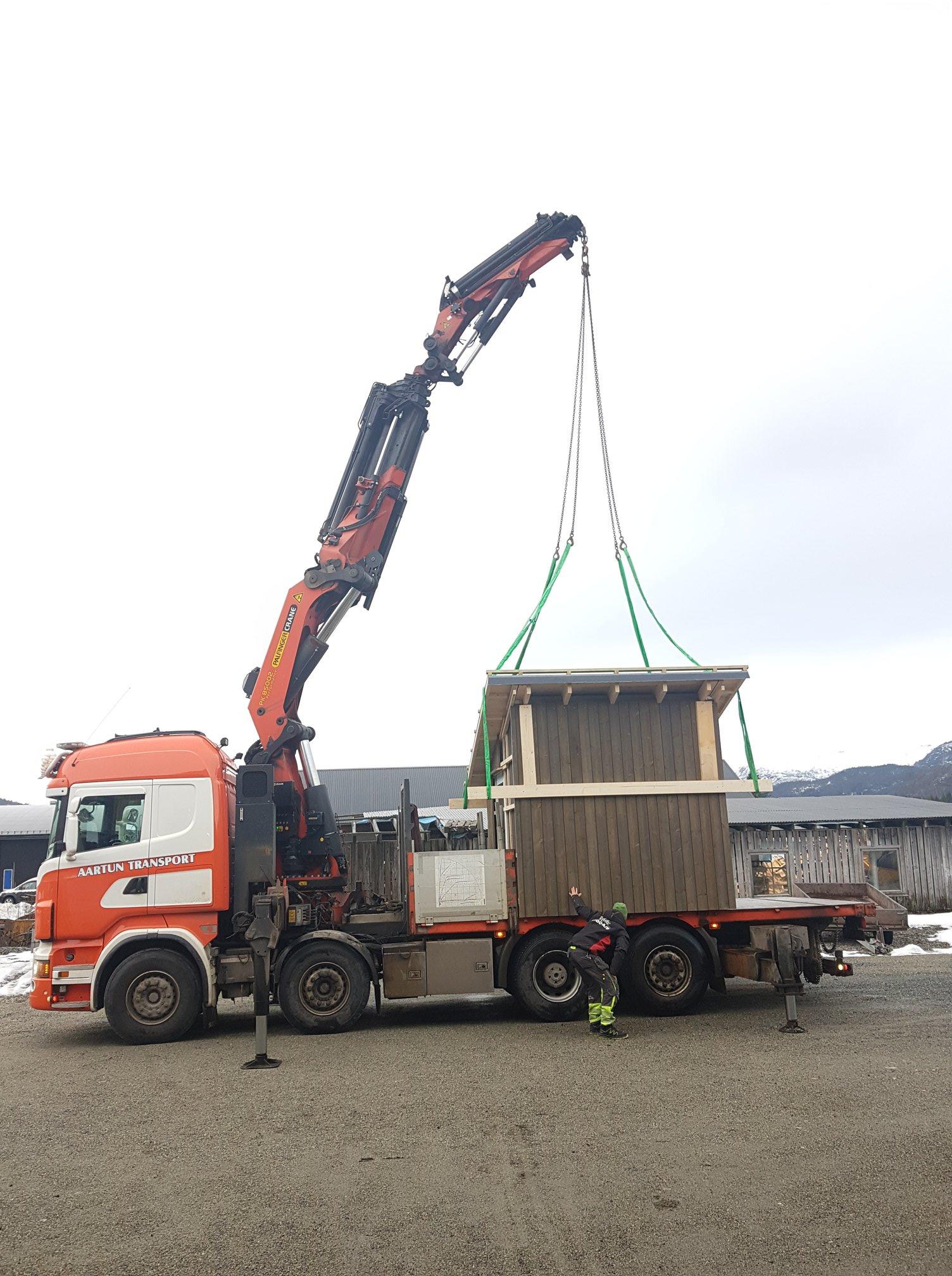 Pumpehus heises på lasteplan