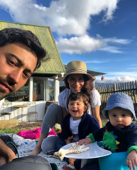 Estefania Godoy y Variel Sanchez junto a sus hijos