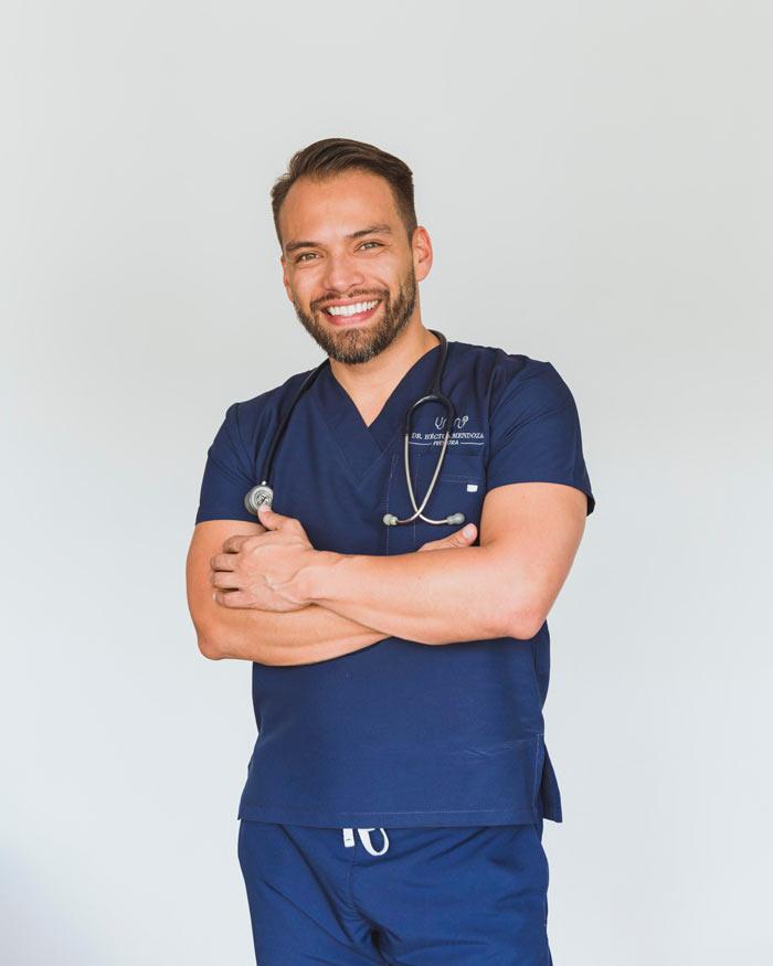 Pediatra masculino sonriendo con estetoscopio