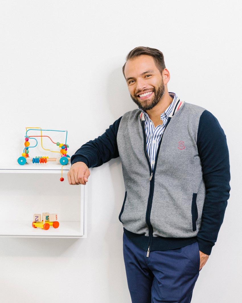 Pediatra sonriendo en su consultorio