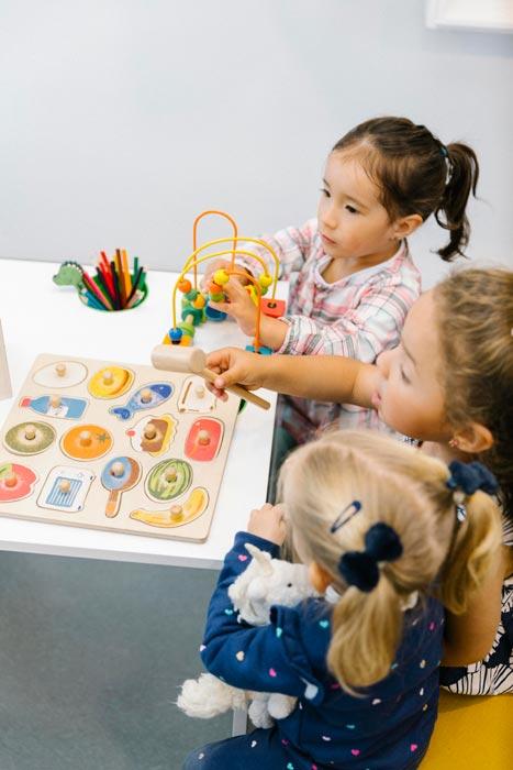 Pacientes pediatricos jugando en el  consultorio